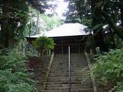 山門を潜り、杉木立に囲まれた石段を登っていくと、厳かな雰囲気の中にそのお堂は建っていた。 この寺は松尾寺と言い、創建年代は明らかではないようだ。 重要文化財の本道は、室町時代後期のこの地方独特の様式を持つ建物とのこと。 軒支柱が建造当初からあるなど、全国的にも非常に珍しい建築らしいが、とても美しいお堂だった。