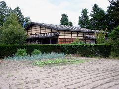 さらに下って行くと、重要文化財の曽根原家住宅と言うのがあるようなので立ち寄ってみることにする。 曽根原家は、代々、この地域の庄屋を努めていたそうで、屋根に石を置いた特徴のある建物は、江戸時代初期に建てられたものとのこと。 長野県内に現存する住宅としては最古の建物だそうだ。 内部を見学できると言うことで入ってみると、曽根原家の子孫の方がいらして、説明を聴くことが出来た。