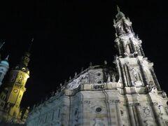 右が旧カトリック宮廷教会、左はレジデンツ城  早速、ホテルを出てみるとすぐこの2つがありました。 ライトアップされなかなかの迫力です。