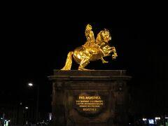 黄金の騎馬像  店を出るとすぐにありました。