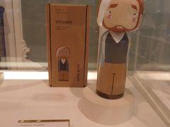 展示室の途中にあったミュージアムショップでは、こんな可愛い木製のゴッホ人形が♪  でもよく見ると耳を切り落として包帯を巻いているというシュールさ。。。  38.5ユーロ(4620円)もします。