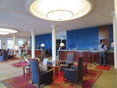 ホテル タッシェンベルクパレス ケンペンスキーのロビー  ドイツ2日目は日曜日。 昨日到着し時差ボケで夜中何度も起きてしまいました。 ホテルの朝食は付けてませんので、とりあえず朝7時30に ホテルを出て軽く散策することにします。