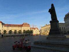 ノイマルクト広場  フラウエン教会前の広場 ここもまだ人がいません。何か不思議か感じ。 観光客も日曜は出足が遅いのでしょうか?  手前は乗り捨て自由の自転車シェアリングか?