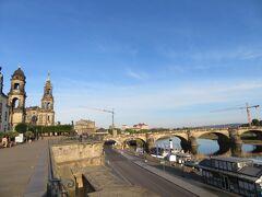 カトリック旧宮廷教会が左奥、右側にアウグストゥス橋  昨夜はあの橋の上から花火を見ました。