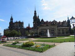 カトリック旧宮廷教会とレジデンツ城  天気も良く温かい日曜日になりそうです