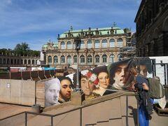 ツヴィンガー宮殿の中庭  中庭に行くだけなら特に入場料は発生しません。  宮殿内にあるノイエ・マイスター美術館の絵のポスターが見えます。