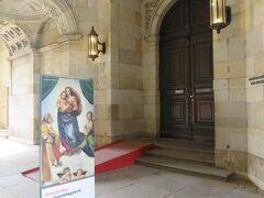 ツヴィンガー宮殿内アルテ・マイスター絵画館の入口  システィーナのマドンナの看板が目印です。