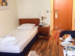 お部屋はこんな感じ。 (奥の私物をぼかしています)  シングルなので、一人暮らし部屋という感じ?  アメニティも充実しています。