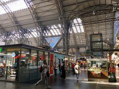 中央駅構内には、パン屋さんや軽食スタンドがたくさん。