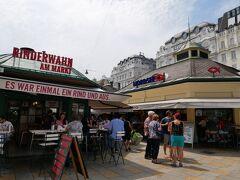 カールスプラッツ駅から歩いて5分程でナッシュマルクトに到着。 ウィーンの胃袋と言われていて2本の通り沿いに150店舗のお店が並んでいます。