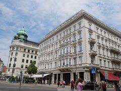 同じ建物の角曲がったところにこれも有名な「カフェモーツァルト」がありました。 こっちは誰も並んでなかったので入店!