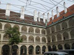 ここはスペイン式宮廷馬術学校です。 朝の調教を観たり、ガイドツアーなどもあるみたい。 観たかったなー。