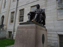 ハーバード像。 足を触ると賢くなるのかな? ピカピカです。