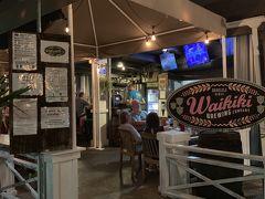 レンタカーを返却し、夕ご飯を兼ねてホテルのコンシェルジュイチオシのビアレストランへ行ってきました。  ワイキキ・ブリューイング・カンパニー 場所はここ https://goo.gl/maps/ELqH5B78MTCCmAtN7  チーズバーガー ワイキキと併設されているビール屋さんです。