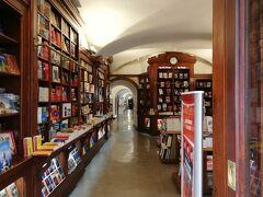 ツレが覗いてみたかったのは、この本屋さん、 「ベルトラン」 世界で一番古い書店だそうです。入口からちょっと覗いただけでも、本の独特な匂いがします。古い建物のずっと奥まで続いています。敷居が高すぎて入れませんでした。😅