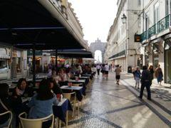前方に勝利のアーチが見えます。ここはアウグスタ通りですね。 カフェやレストランのテラス席が連なっています。