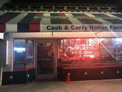 まずは我々の宿泊エリアであるリトルイタリーで、Filippi's Pizza Grottoに行ってきました。ここは老舗のイタリアンでリーズナブルで美味しいピザを食べれることで有名です。昼間はピザのテイクアウトでいつも大行列をつくっていますが、夜はそれほどでもありません。