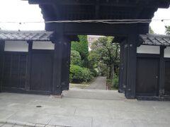 中道院 出入り口 付近には 露店ありません。