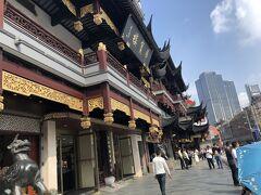 トンネルを抜け、そこから地下鉄はちょっと距離がありそうなので、タクシーで「豫園商城」へ。 上海はタクシーがとっても安くて、300円から400円くらいだったかと思います。  来てよかったー!ここはいかにも中国っぽい!