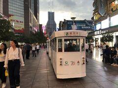 ホテルでちょっと昼寝しました。 その後、地下鉄で一駅、上海随一の繁華街、南京東路へ。