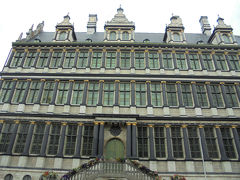 地図とガイドブックがないかとゲント市庁舎を見てみるけど内部に入れるようなところが見当たりませんでした。 この市庁舎、ゴシック様式とルネサンス様式の2つの建物がつながっています。 これはボーテルマルクト側、ルネサンス様式。