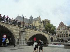 聖ミヒエル橋からレイエ川(グラスレイ、コーンレイ)をのぞく観光客多し。