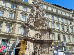 ペスト記念塔             グラーベン通りの中央に立つ,三位一体像。皇帝レオポルド1世がペスト流行の終焉を神に感謝して,建築家フィッシャー・フォン・エアラッハらに依頼して製作し,1693年に奉献されたもの。台座部の天使が突き落としている老婆がペストを象徴している。