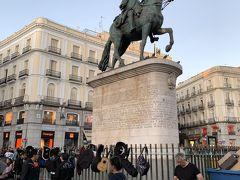 トレドの観光を終え、マドリードに戻ってきました。 これからは徒歩で散策です。プエルタ デル ソル定番の「カルロス3世騎馬像」です