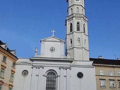 聖ミヒャエル教会         1250年にロマネスク様式で創建され,その後の改築が繰り返されたため,ゴシック,ルネサンス,バロックなど様々な様式が混在。78mの塔は1590年に建設