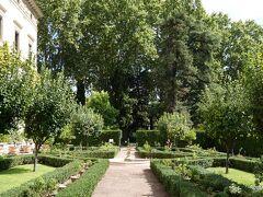 コルシーニ宮殿美術館を外に出ると、目の前が ラファエロの美しいフレスコ画で知られるヴィラ・ファルネジーナです。庭園部分は入場無料でそのまま入れました。  ヴィラ・ファルネジーナ Villa Farnesina ファルネジーナ キージ荘 庭園部分