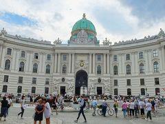 ホーフブルク宮殿                  1275年ごろにボヘミア王でオーストリア公のオタカル2世によって建てられた城塞が前身で,神聖ローマ皇帝となったルドフル1世が1278年にマルヒフェルトの戦いでオタカル2世を破り,本拠地をウィーンに移して以来,ハプスブルク家の居城となった。  写真は,19世紀に完成したミヒャエル宮