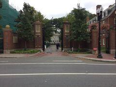 ここはハーバード大学 ジョンストンゲート
