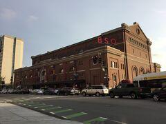 こちらはボストン交響楽団シンフォニーホール  シンフォニーホールからMassachusetts Ave.を北に500mほどいくと、バークリー音楽大学がありました。ジャズ、ロック、フラメンコ、ヒップホップ、レゲエ、サルサおよびブルーグラスなど多岐にわたるコースを設けているとのことです。渡辺貞夫、上原ひろみ、小曽根真などなど、日本人もたくさん卒業してますね。