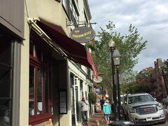 ガイドブックにあった地元住民も一押しの朝食スポット The Paramount。 www.paramountboston.com/beaconhill/menu/breakfast 入ろうかな~と迷いましたが、あまりお腹がすいてない。 少し先のパブリックガーデンを抜けてCharles St.とマウントバーノン通りの交わる場所にあるTatte Bakery &Cafeに行くことに。親切な店員さんのお薦め、アップルタルトとシナモンブレッドを買いました。 tattebakery.com/wp-content/uploads/2013/10/tatte-charles-street-menu.pdf  イートインスペースもあります。