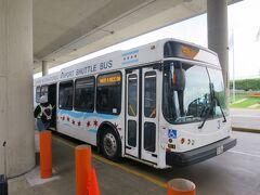 国際線が到着する第5ターミナルを出て右に進むと、空港内のシャトルバス乗り場がある。本当はATSと呼ばれる新交通システムのような乗り物があるのだけど、残念ながらこのときはちょうど更新工事中。ブルーラインに乗るにしても何にしても、まず使うのがこのシャトルバスだ。  係「このターミナル1-2-3行きの列に並びな」 僕「メトラの駅に行きたいんだけど」 係「メトラじゃなくてブルーラインだろ?この列でいいんだ」 僕「や、メトラで合ってる。ブルーラインじゃなくて」 係「ホントか?郊外に行っちゃうんだぞ?いいのか?」 僕「OK大丈夫だ」 係「じゃあこのテントの向こう側で待ってな」  空港アクセス手段としてまず使われることがないっぽいメトラ。まして地元民じゃなくて旅行者っぽい日本人がメトラに乗ろうとすると、さすがに係員でも止めたくなるのだろう。  ターミナル間連絡バスは数あれど、メトラの駅行きのシャトルバスは一向に来ない。そしてそのバスを待つ人も一向に来ない。たまに通りかかる別の係員が「ブルーラインじゃないのか?」と聞いてくる。よっぽど珍しいらしい(笑)。  待つこと30分、9:35にようやくメトラ行きのシャトルバスが来た。乗客は僕を含めてたったの3人。