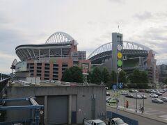 線路の脇にあるセンチュリーリンクフィールドCentury Link Field。NFLのシアトルシーホークスの本拠地だ。試合があれば見に行きたかったのだけど、残念ながらぴったりの日程とはいかなかった。