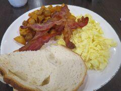 6:30に起床して、7:05に朝食。今日はスクランブルエッグにした。見た目は地味だけど味は悪くない。