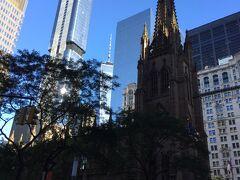 ニューヨークで一番古いトリニティー教会。Brordwayとウォール街の交差点に高いビルに囲まれあります。暗くて奥のビルのほうが目立ってますね。 ここにはアメリカ合衆国憲法の実際の起草者、アメリカ合衆国の初代財務長官、米国最古の日刊紙ニューヨーク・ポスト紙やバンク・オブ・ニューヨークを創業し、1804年決闘(!!)の末わずかで49歳でなくなったアレクサンダー・ハミルトンの墓もあります。 ハミルトンはアメリカの人々にとって英雄。ミュージカル『ハミルトン』はトニー賞などを受賞し、大変な人気です。 私達は一番お手頃な席で見ましたが(それでも$199)一番高い席は$749もしました。ほかのミュージカルより高かったです。それでもすぐに完売、超満員。人気がうかがえますね… https://hamiltonmusical.com/new-york/home