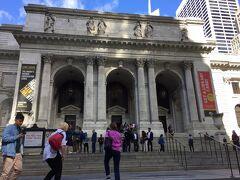 ニューヨーク公立図書館本館 Publicという名前ですが、実は私立図書館でトレードマークはライオンの Leo。 館内のショップもライオンをデザインしたバッグやカップなどが充実してました。 たくさんの映画 「セックス・アンド・ザ・シティー」 「ニューヨーク冬物語」にも登場しています。 最近ではドキュメンタリー映画「ニューヨーク公共図書館 エクス・リブリス」があります。