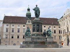 王宮広場。中央に立っているのは,皇帝フランツ2世像(オーストリア皇帝としてはフランツ1世)