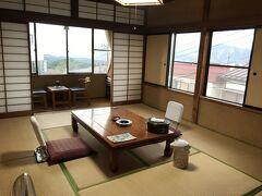 伊香保温泉では、徳田屋旅館に宿泊しました。  2人なので、狭いお部屋かなと思っていましたが、広かったです。 写真だとちょっと分かりにくいですが…(^_^;)。