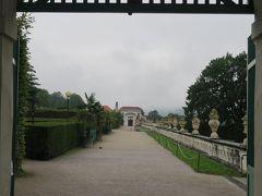 お城の庭園側の入口に出ました。