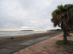 まだ静かな青島ビーチ。