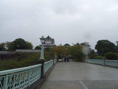 時刻は10時30分、金沢城へ。 雨が降り出してきたヨ…。