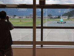 山形空港から名古屋小牧空港までフジドリームエアラインズ(FDA)に搭乗します。 FDAは名古屋小牧、静岡などを拠点に各地に路線を運航している。 ほとんどの区間でJALとコードシェアしているので、予約はJALで可能。ただ、航空券の設定金額は必ずしも同一ではなく、JALのマイルに無関係ならば、FDA自社のHPからの予約が有利・・・