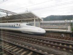 米原駅に入ります。 名古屋までは新幹線各駅に停車します。