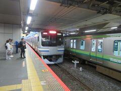 横須賀線に乗り換えます。 隣に停車中の電車は横浜線直通の根岸線電車。