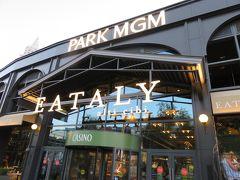 今回の晩御飯は、Park MGMに新しくできた「EATALY」に決めていました。 18:30 徒歩で目的地に到着。 写真入り口はストリップに面しています。  「EATALY」はEATとItalyの造語で、レストラン、バール、マーケットエリアが併設されています。 マーケットエリアにはワインの専門店、生ハム等の肉の専門店、チーズの専門店が入っています。 日本にも東京駅グランスタ、日本橋三越に店舗があります。  今回、バールとレストランどちらで食べようか迷いました。