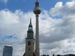 テレビ塔と聖マリーエン教会  ホテルに行く途中で見えました  テレビ塔はベルリンのシンボルの一つ ベルリンを実感しました
