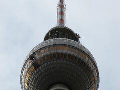 テレビ塔のアップ  このテレビ塔がこの後行ったベルリンの観光地でもちょいちょい写真に 映り込んで一番ベルリンをイメージするものになりました